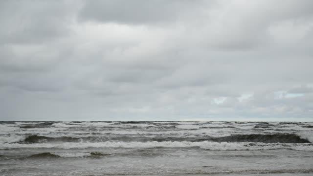 vídeos de stock, filmes e b-roll de mar de báltico inquieto - nublado