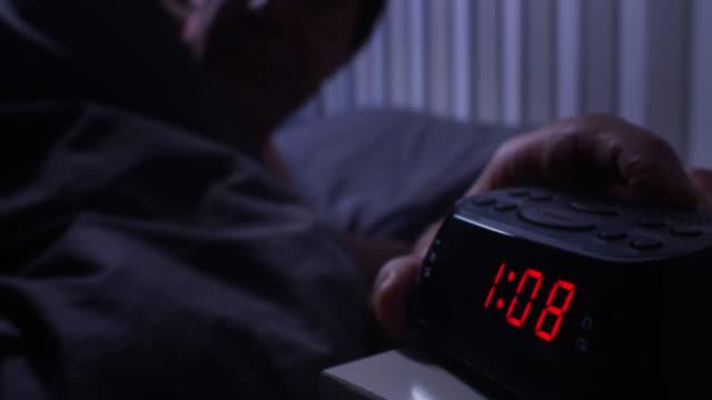 vídeos y material grabado en eventos de stock de agitada noche no puede dormir, comprobar el tiempo. - dormir