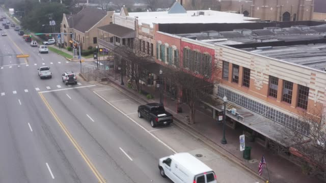 stockvideo's en b-roll-footage met winkels en kantoren, downtown, huntsville, texas, vs - klein