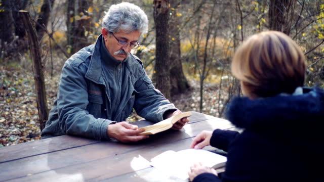 退休的資深夫婦讀自然書 - future 個影片檔及 b 捲影像