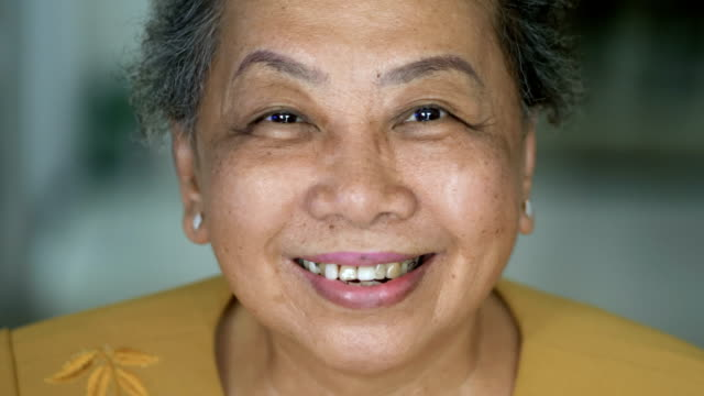 retirement suits me! - 60 69 anni video stock e b–roll