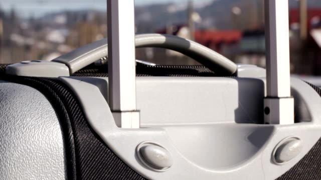 maniglia retrattile valigia - donna valigia solitudine video stock e b–roll