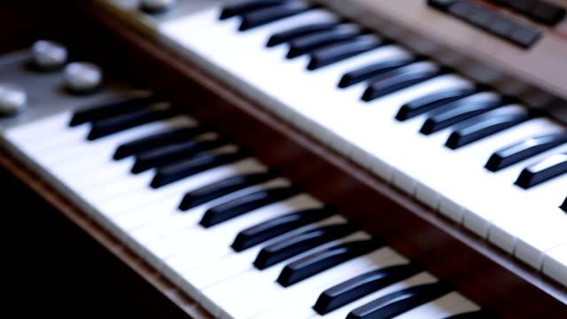 vidéos et rushes de orgue rétro clavier électrique philips, grille et inclinaison shoot - synthétiseur