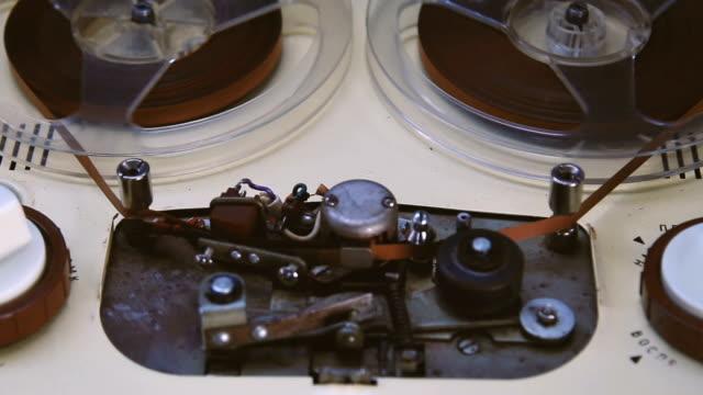 vidéos et rushes de équipement rétro. magnétophone joue de la musique. technologie ancienne - machinerie