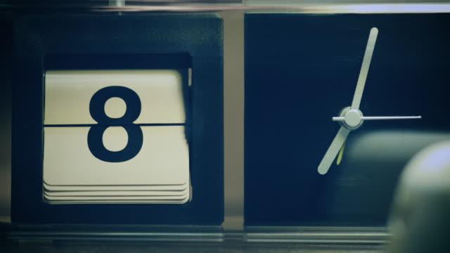 retro flip calendar clock counting full cycle  from 1 to 31 - analogiczny filmów i materiałów b-roll