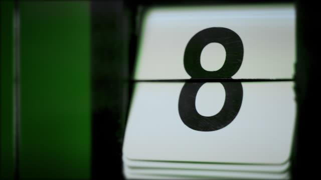 vídeos de stock, filmes e b-roll de retro flip calendar clock contando ciclo completo de 1 a 31 - calendário