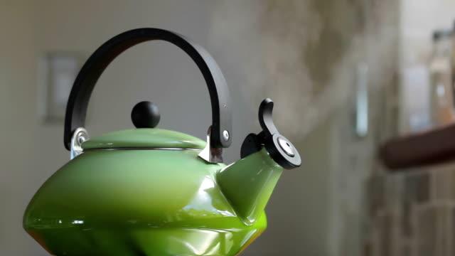 ретро зеленый чайник кипящий на поболтайте - варёный стоковые видео и кадры b-roll
