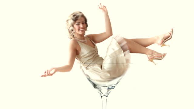 stockvideo's en b-roll-footage met retro martini girl - martiniglas