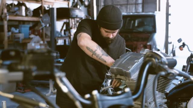 retro motorcykel mekaniker - kroppsarbetare bildbanksvideor och videomaterial från bakom kulisserna