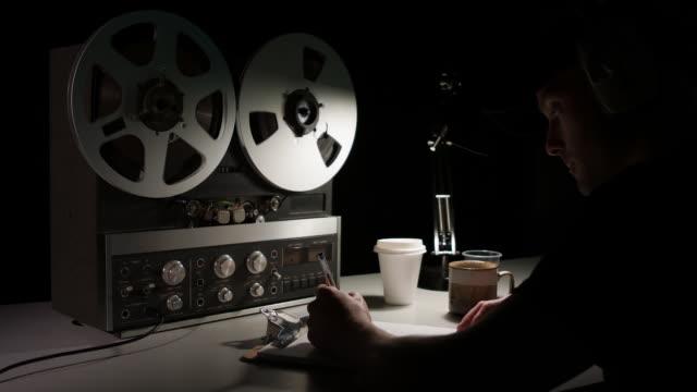 暗い部屋で操作されているレトロな四半期インチアナログリール-リールレコーダー - スパイ点の映像素材/bロール