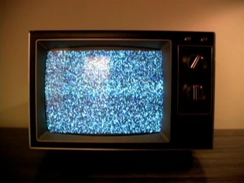 vídeos de stock e filmes b-roll de retro & televisão estática - plano picado