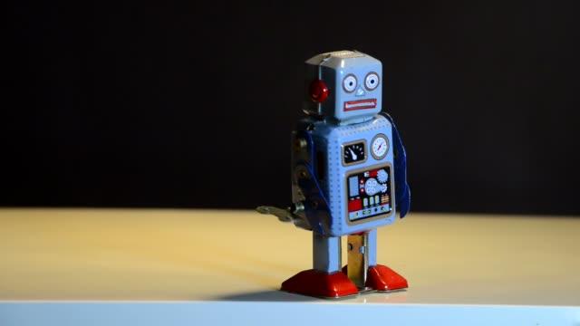 robot di latta retrò - giocattolo video stock e b–roll