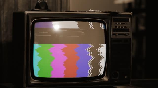 retro-tv med statiskt brus och färgstaplar. sepia ton. - grupp av objekt bildbanksvideor och videomaterial från bakom kulisserna