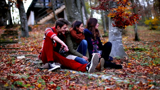 vídeos y material grabado en eventos de stock de reunion en la naturaleza - moda de otoño