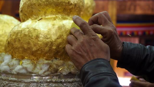 золотой будда статуя на статую hpaung отдел u пагода, inle lake, myanmar - верующий стоковые видео и кадры b-roll