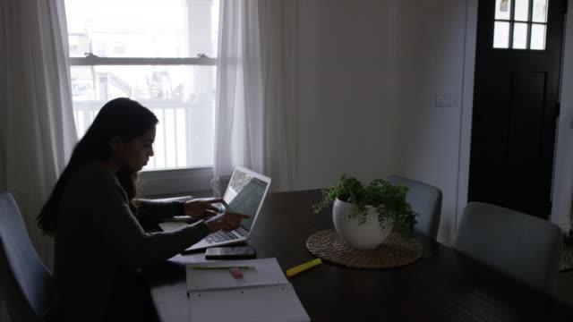 granska ekonomin hemma. - dept bildbanksvideor och videomaterial från bakom kulisserna