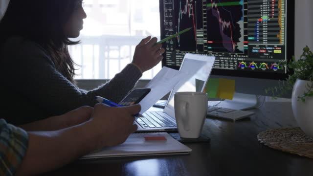 granska ekonomin hemma - dept bildbanksvideor och videomaterial från bakom kulisserna