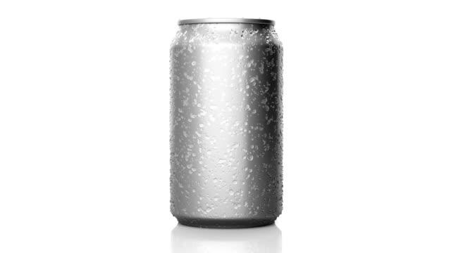 drehbare getränkedose mit kondensation - aluminium stock-videos und b-roll-filmmaterial