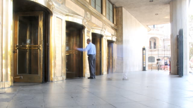 stockvideo's en b-roll-footage met revolving doors timlapse - bank financieel gebouw
