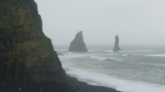 vídeos y material grabado en eventos de stock de rocas de reynisdrangar, playa de reynisfjara. islandia. vista aérea - basalto