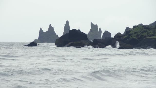 vídeos y material grabado en eventos de stock de reynisdrangur black beach iceland - basalto