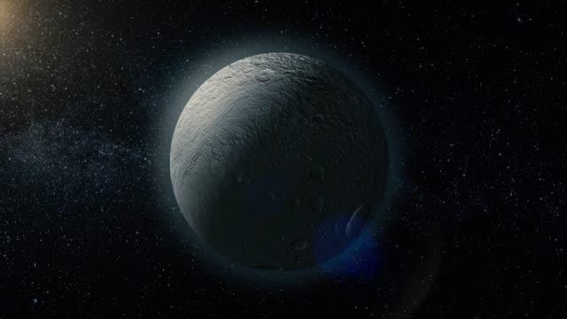 rhea, średniej wielkości księżyc saturna na kosmicznym bacground średniej wielkości księżyca saturna. renderowanie 3d. rhea księżyc saturna - io księżyc filmów i materiałów b-roll