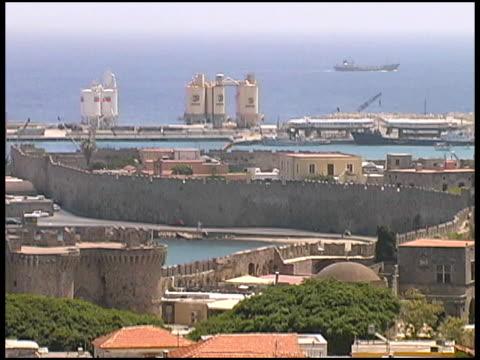 rodi, grecia paesaggio urbano, porto e città antica mura fortificate - isole egee video stock e b–roll