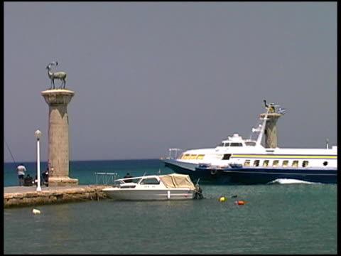 rodi, grecia aliscafo al porto, harbour, il porto di ingresso - isole egee video stock e b–roll