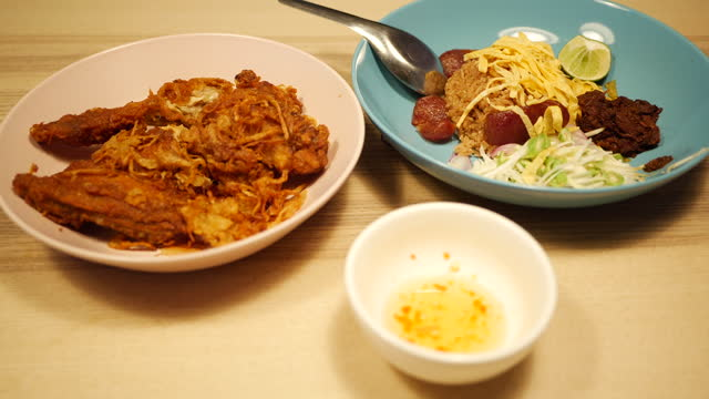 Rice Mixed with Shrimp paste,Thai food served with mango and sweet pork. The national car is a spicy and sweet blend.