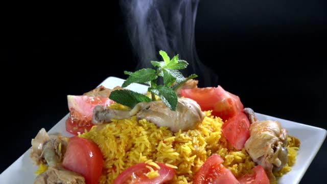 reis mit huhn oder arroz con pollo - dampfkochen stock-videos und b-roll-filmmaterial