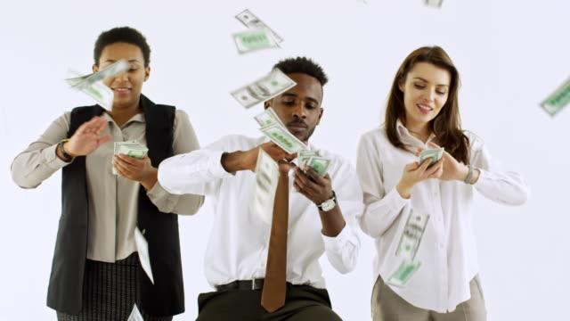 vidéos et rushes de hommes d'affaires riches rendant pluie argent - lancer