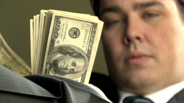 rich guy conta soldi 3 - avidità video stock e b–roll