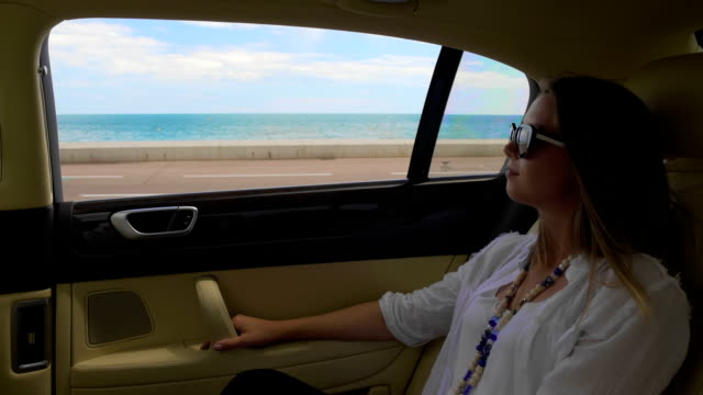reiche dame reiten in teures auto, genießen reise, luxus-urlaub in der kurstadt - teurer lebensstil stock-videos und b-roll-filmmaterial