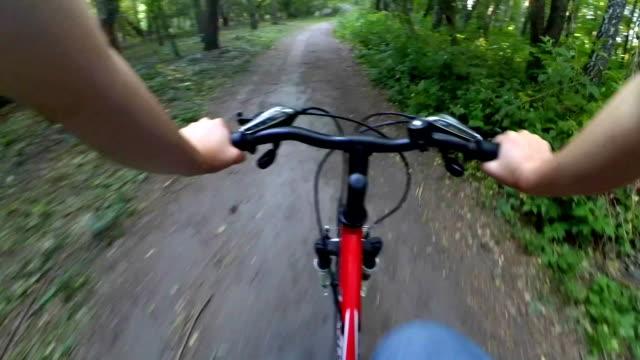 フォレストのアクション カメラで自転車に乗る - カフェ文化点の映像素材/bロール