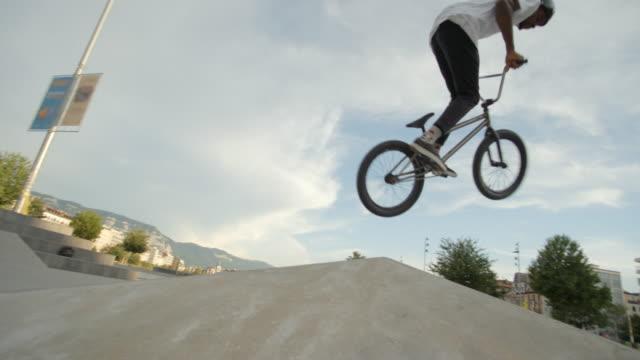 vidéos et rushes de coureur de bmx au skatepark slowmotion 4k - lieu sportif
