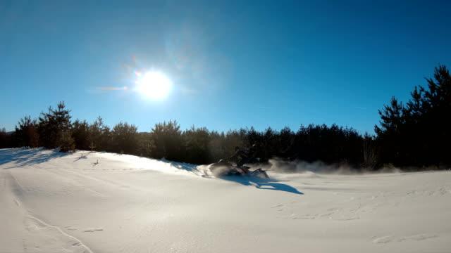 ryttare på snöskoter i fjällen ski resort - vintersport bildbanksvideor och videomaterial från bakom kulisserna
