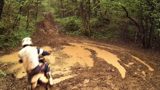 gru hd: motociclista di motocross si increspano attraverso fango trail - supercross video stock e b–roll