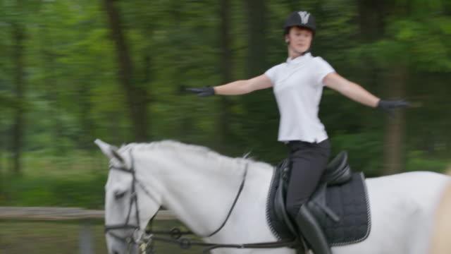 vidéos et rushes de ts rider formation sur le cheval dans le lounge vous - dressage équestre