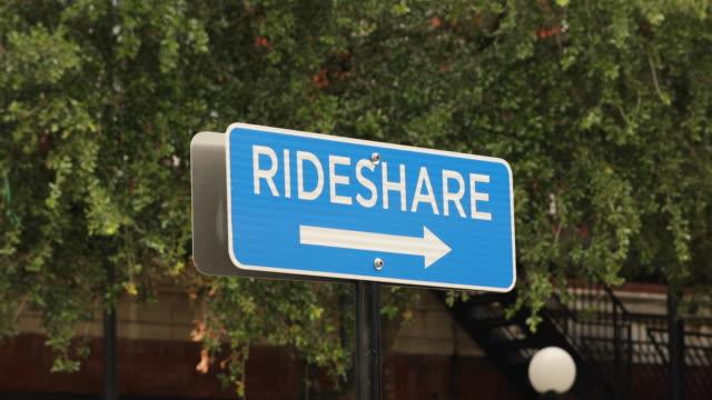 vídeos y material grabado en eventos de stock de señal de estacionamiento de transporte rideshare - uso compartido del coche