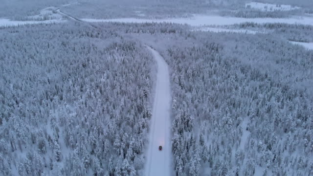 vidéos et rushes de conduite d'une voiture en laponie pendant l'hiver - inclinaison vers le haut