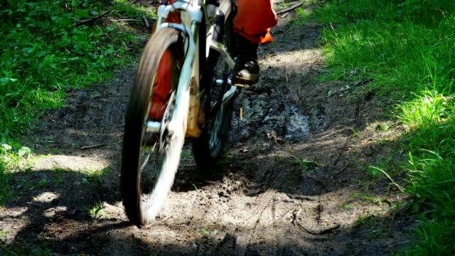 Riding Electric Mountain Bike Medium Shot (4 k UHD zu/HD) – Video