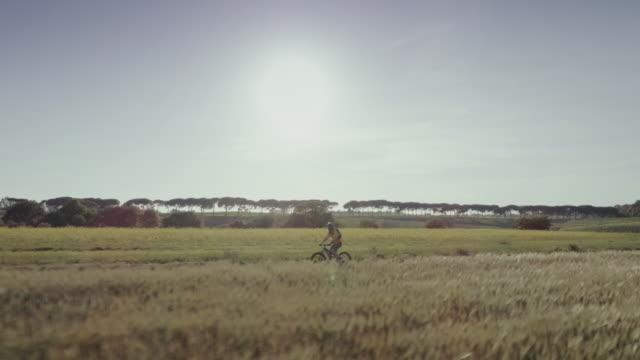 riding mountainbike bicycle: drone aerial view - percorso per bicicletta video stock e b–roll