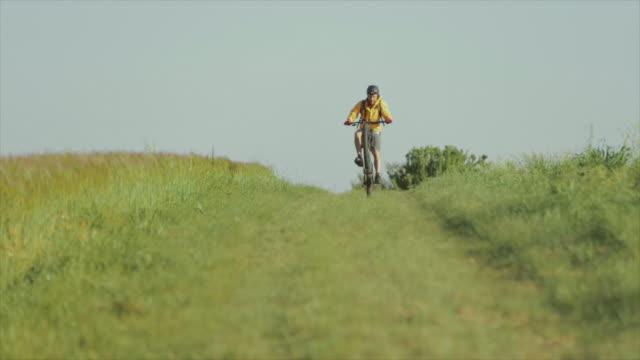 riding mountainbike bicycle: slow motion video - percorso per bicicletta video stock e b–roll