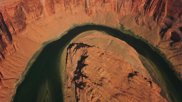 aerial sağ arizona horseshoe bend üzerinde, abd - kuzey amerika stok videoları ve detay görüntü çekimi