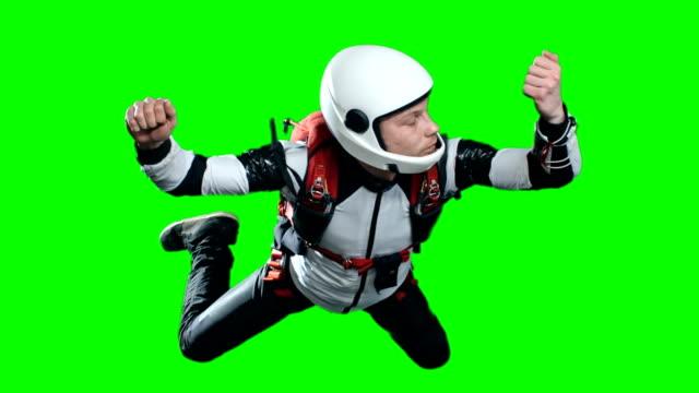 vídeos de stock, filmes e b-roll de momento certo para abrir o para-quedas - paraquedismo