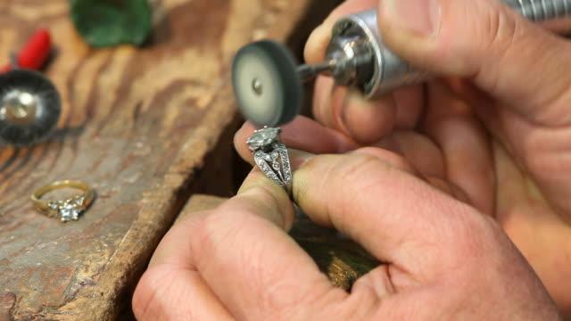 ring reparieren & polieren - schmuck stock-videos und b-roll-filmmaterial