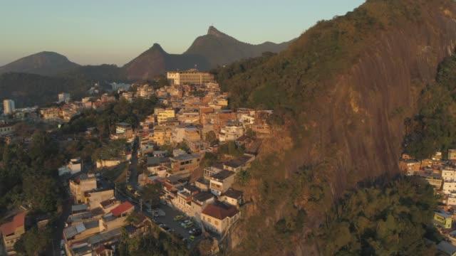 日の出時のリオデジャネイロファベーラ空中 - 山頂コミュニティの周りにパン - community activism点の映像素材/bロール