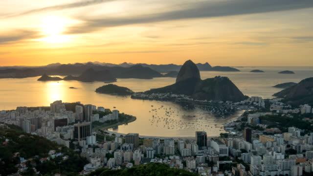 리오 데 자네이 황금 일몰 하늘 도시 베이 파노라마 4 k 시간 경과 브라질 - 식빵 한 덩어리 스톡 비디오 및 b-롤 화면