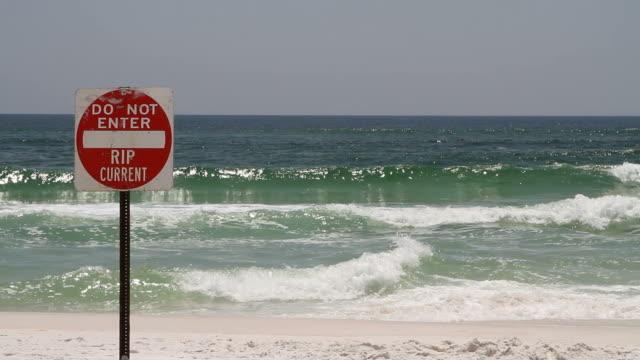 vídeos y material grabado en eventos de stock de rip corriente de señal de peligro - marea