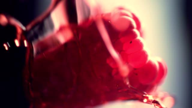 vídeos y material grabado en eventos de stock de frambuesas maduras mezclándose con gelatina - frambuesa